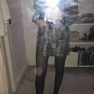 Zara fenim kjol med snake mönster!