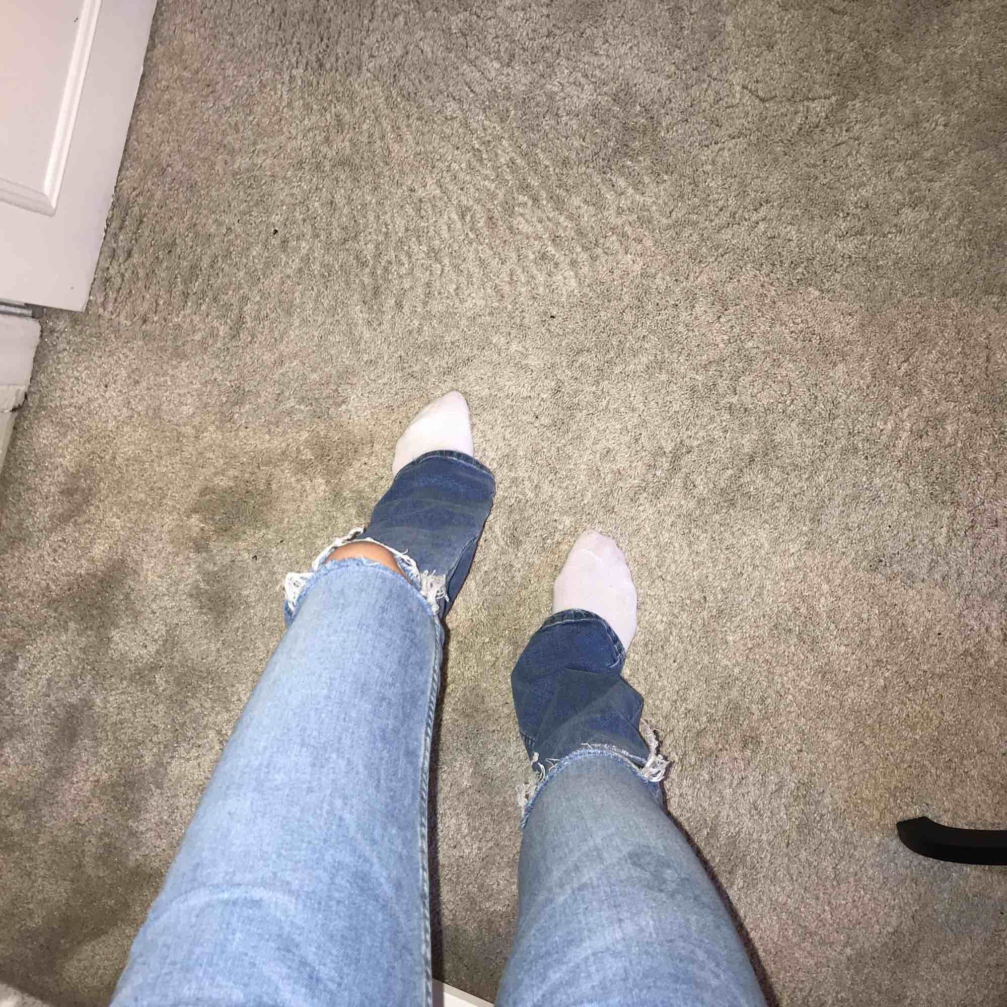 Bootcut/ flare jeans från stradivarius:) jag är 167 så dem är ganska långa. Egna klippta hål . Jeans & Byxor.