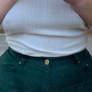 Kanske världens bekvämaste jeans från Lauren Jeans Co. Mörkgröna med guldiga knappar. Står storlek 6 så skulle säga att de passar 38/40.  Skickas mot fraktkostnad i postnords blå paket!