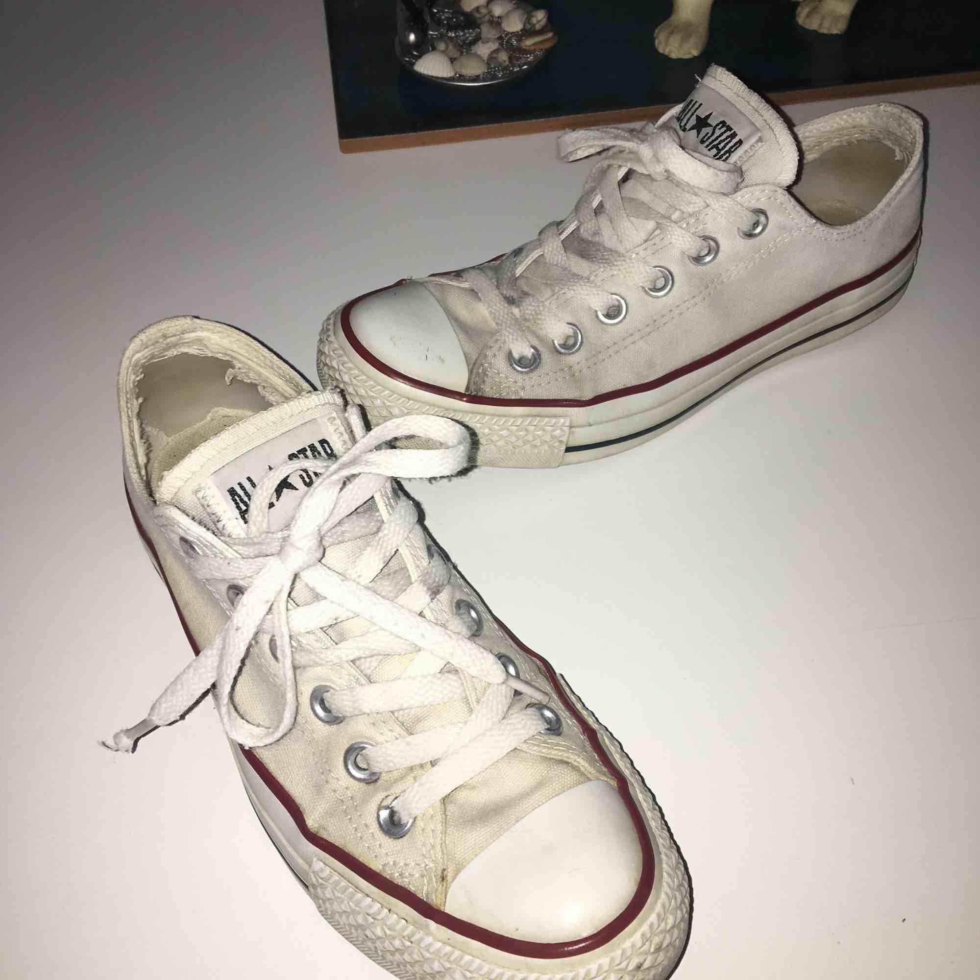 Säljer ett par hyfsat slitna men ändå väldigt fräscha vita låga äkta Converse. Storlek 38, men skulle själv säga att dem är lite mindre i storleken. Fråga om du vill ha fler bilder. Frakt tillkommer. . Skor.