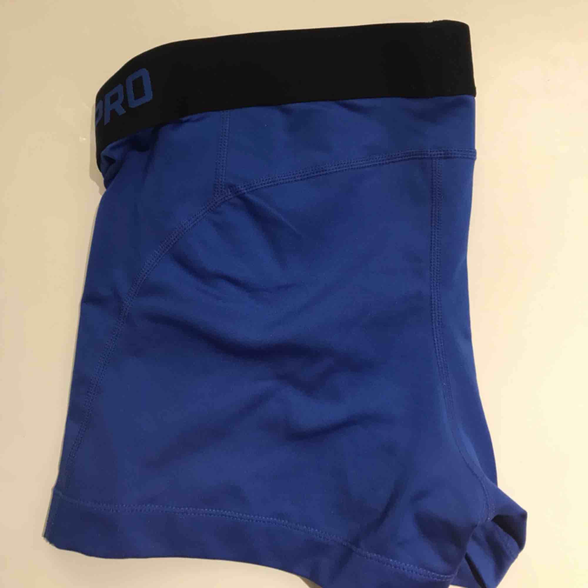 Nike PRO träningsshorts i storlek S. Bra skick då de endast används fåtal gånger. Köpta för 199.. Shorts.