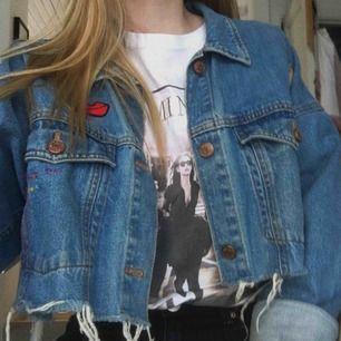 Unik jeansjacka från Monki med olika patches på, köpt här på Plick men säljer på grund av för liten för mig💓 den är avklippta nertill, det är en M men skulle säga att den sitter mer som S🌸 frakt 79kr  OBS! Bild 3 är förra säljarens bild