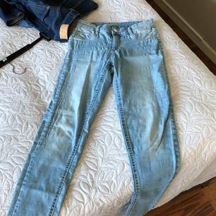 Jeans från Cubus i storlek S. Modellen heter Jane. Frakten ingår i priset.