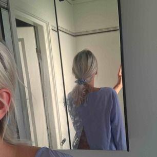 En gullig blå blus med öppen rygg, jätte skön!🦋