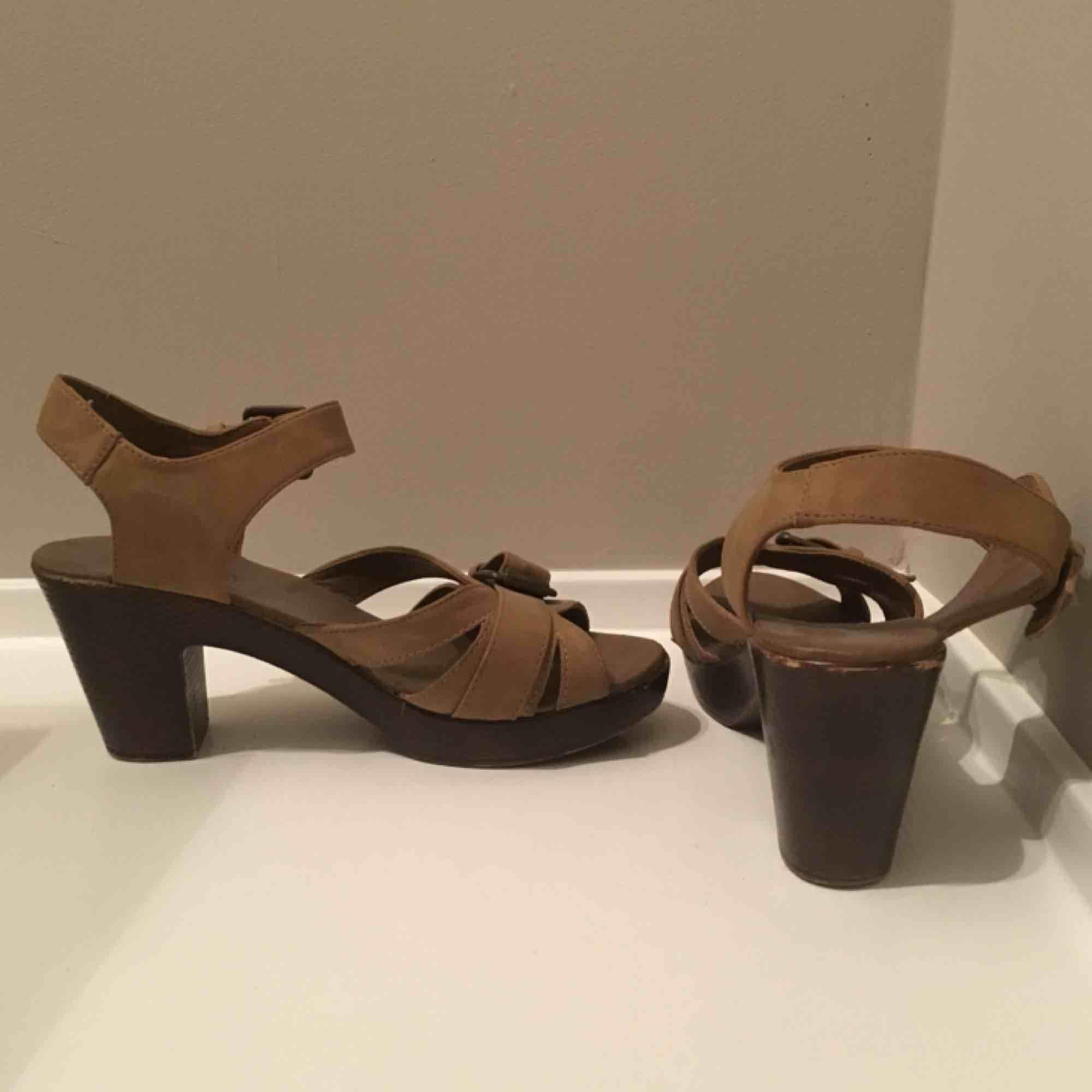 Ett par snygga klackskor. De är inte alls använda mycket men de är lite slitna. Banden är imiterat läder. Vi möts gärna upp i Stockholm men om frakt betalar köparen det:). Skor.