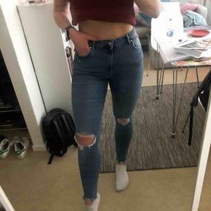 Säljer mina absolut finaste och skönaste jeans pga viktnedgång (måste köpa nya själv!!). Använda 2 gånger, perfekt skick. Köpta för 499kr (Gina Tall Jeans). Perfekta vårbrallan med slitningar i knäna och snyggt skurna anklar!