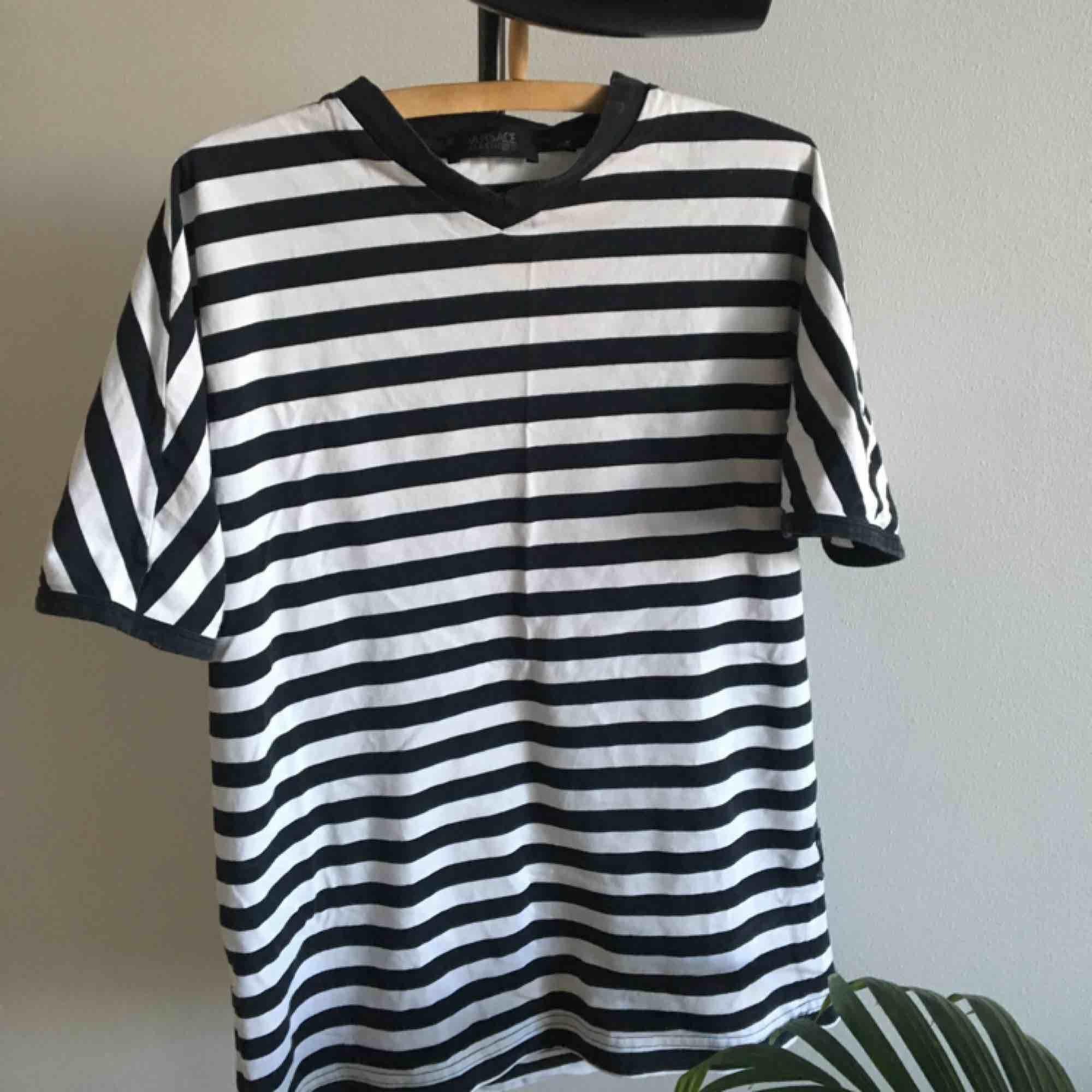 Jättefin Versace T-shirt köpt på Humana i Malmö. Mycket fint skick!   Köparen står för frakten. . T-shirts.