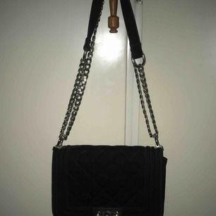 Super fin crossbody väska men man kan använda den som en axelbandsväska också, den är köpt på Ginatricot för 300kr ifall jag inte minns fel. Så gott som ny.