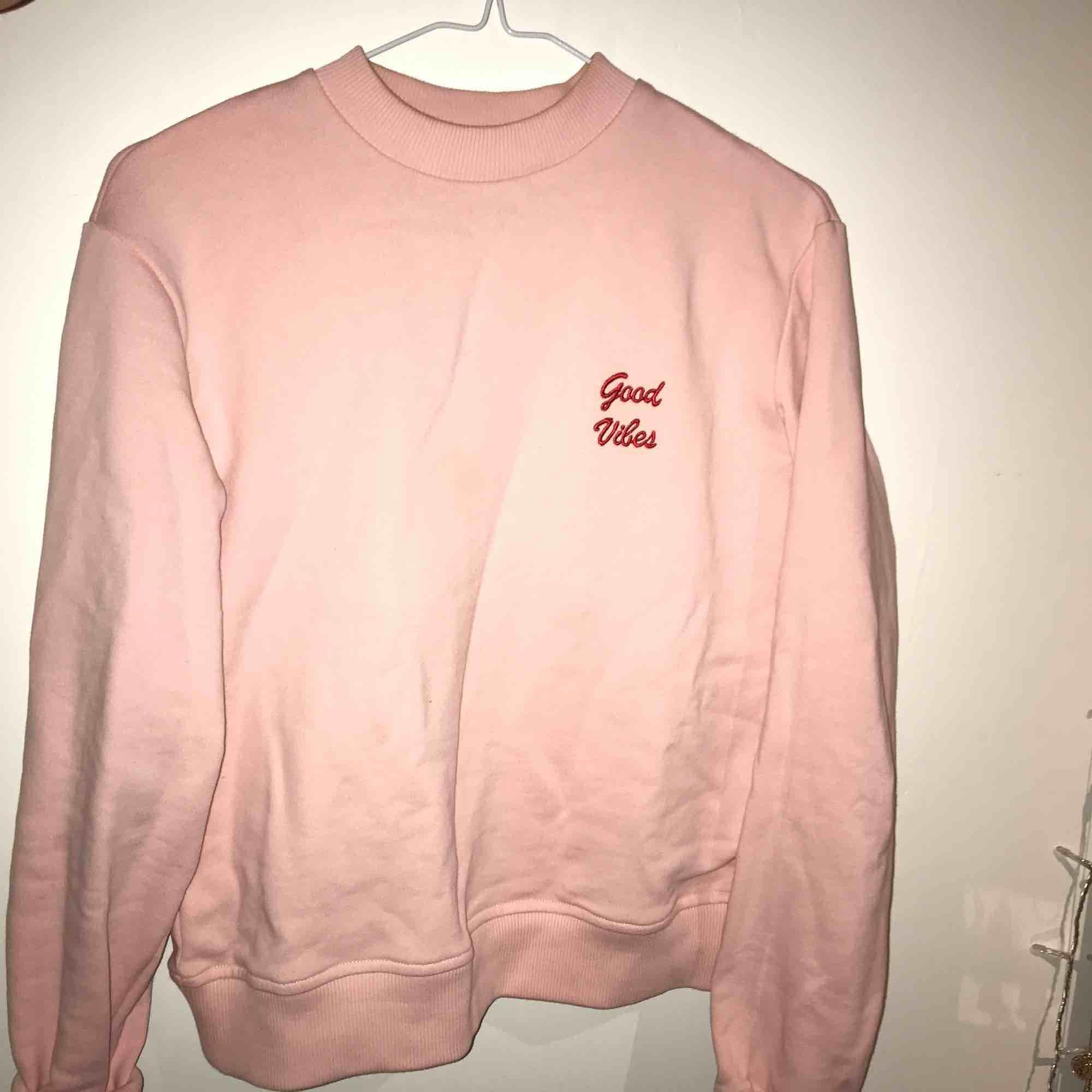 """Jättefin ljusrosa tröja från NA-KD """"good vibes"""". Stor i storleken så den är mer som en S/XS. Tar swish, köparen står för frakt, skriv för fler bilder eller om du har någon fråga. Använd en gång.. Huvtröjor & Träningströjor."""