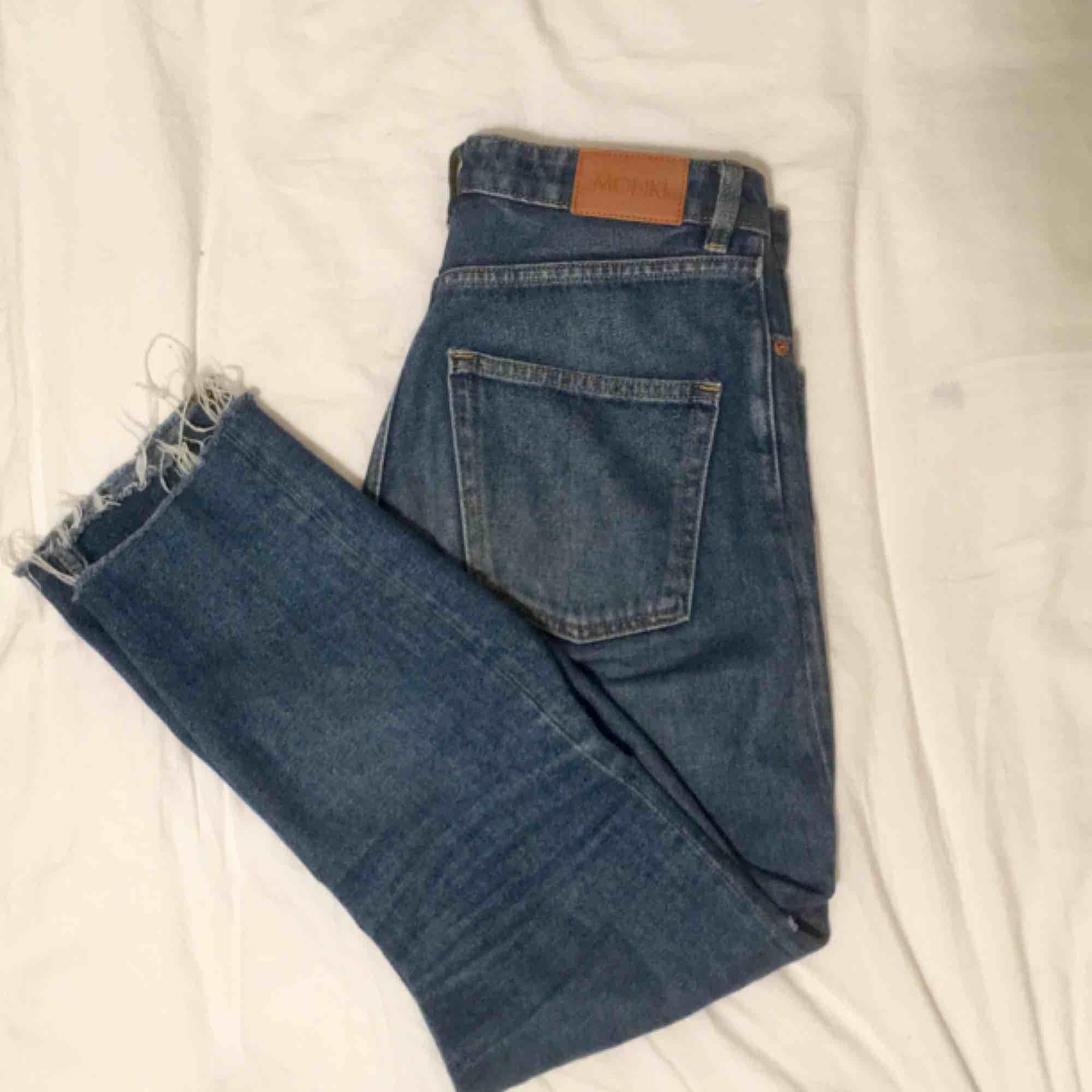 högmidjade mom jeans från monki! strl 29 men skulle nog säga att de passar på en 30-31, då de är ganska stora i midjan. använda en hel del, lite slitna men inget som märks:) köparen betalar frakt elr så möter jag upp i göteborg. puss<3. Jeans & Byxor.
