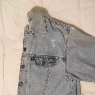 sketsnygg vintage äkta levi's jeansjacka! ingen storlek riktigt, men sitter oversized om du är xs/s/m :) köparen betalar frakt elr sä möter jag upp i göteborg. puss<3