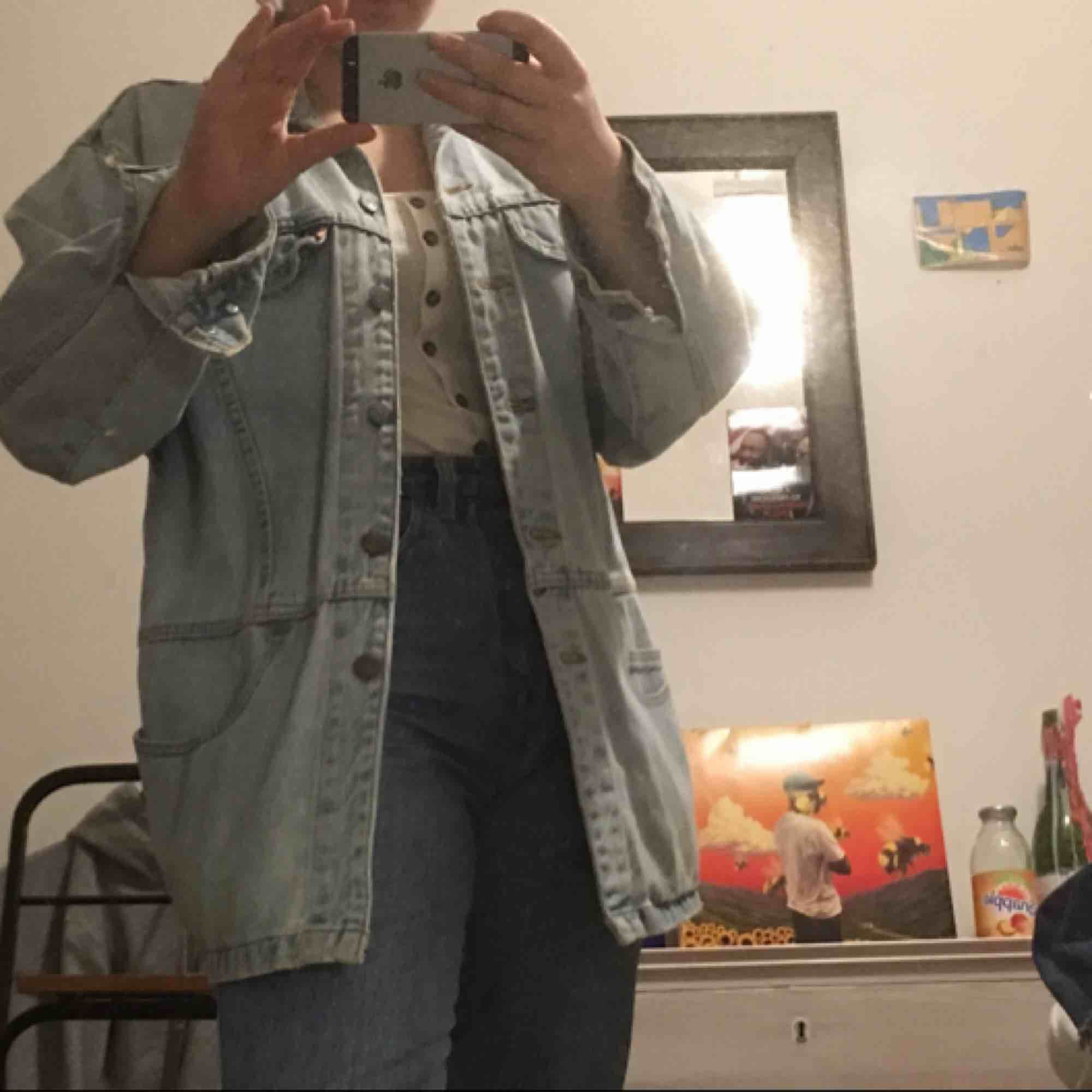 sketsnygg vintage äkta levi's jeansjacka! ingen storlek riktigt, men sitter oversized om du är xs/s/m :) köparen betalar frakt elr sä möter jag upp i göteborg. puss<3. Jackor.