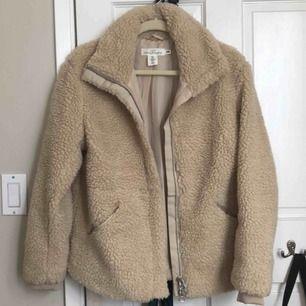 Snygg Teddy jacka från h&m i super fint skick! Snygg att klä sig i och är varm och skön. Säljer den då jag tänkt köpa en ny.