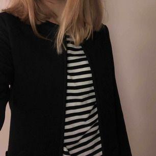 Snygg svart och simpel kappa från H&M som passar perfekt till våren! Knappt använd !!VÄSKA TILL SALU!!