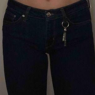 Mörkblå bootcut jeans från Zara. Knappt använda