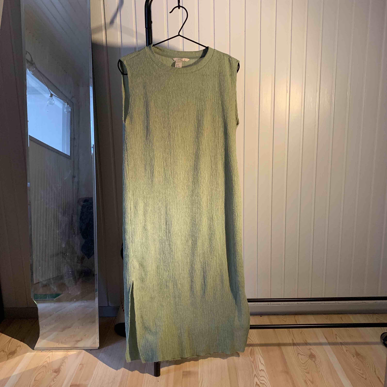 Trend klänning i storlek 32, men passar dig som har s/m frakt tillkommer . Klänningar.