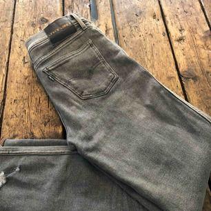 Levis Line 8, storlek 28. Grå. Tight passform. Avsmalnade ben. Använda någon gång, säljes pga. För stora.