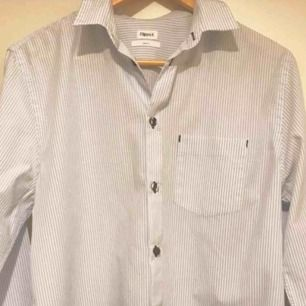filippa k fräsch blå/vit randig skjorta. sparsamt använd. skickas mot porto 30kr