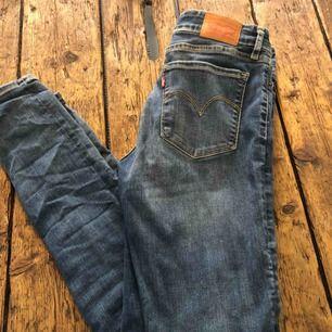 manchester byxor från Levis i modell - Levi s Jeans   Byxor - Second ... 3c47c0e9dff2e