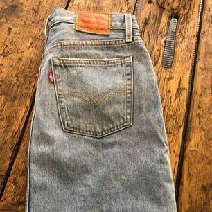 Levis 501 kjol Slitsad på sidorna.  Nyskick. Säljes pga för stor.