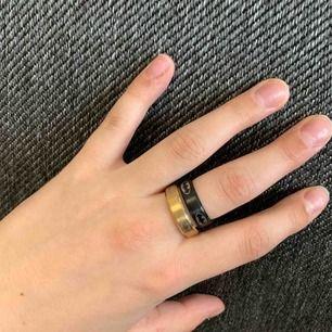 Batmanring. En guldig och en svart ring med Batmans märke på. Guldig ring ör i M och svart i S. Säljer en för 65kr och båda för 110kr. FINNS I SILVER OCKSÅ!