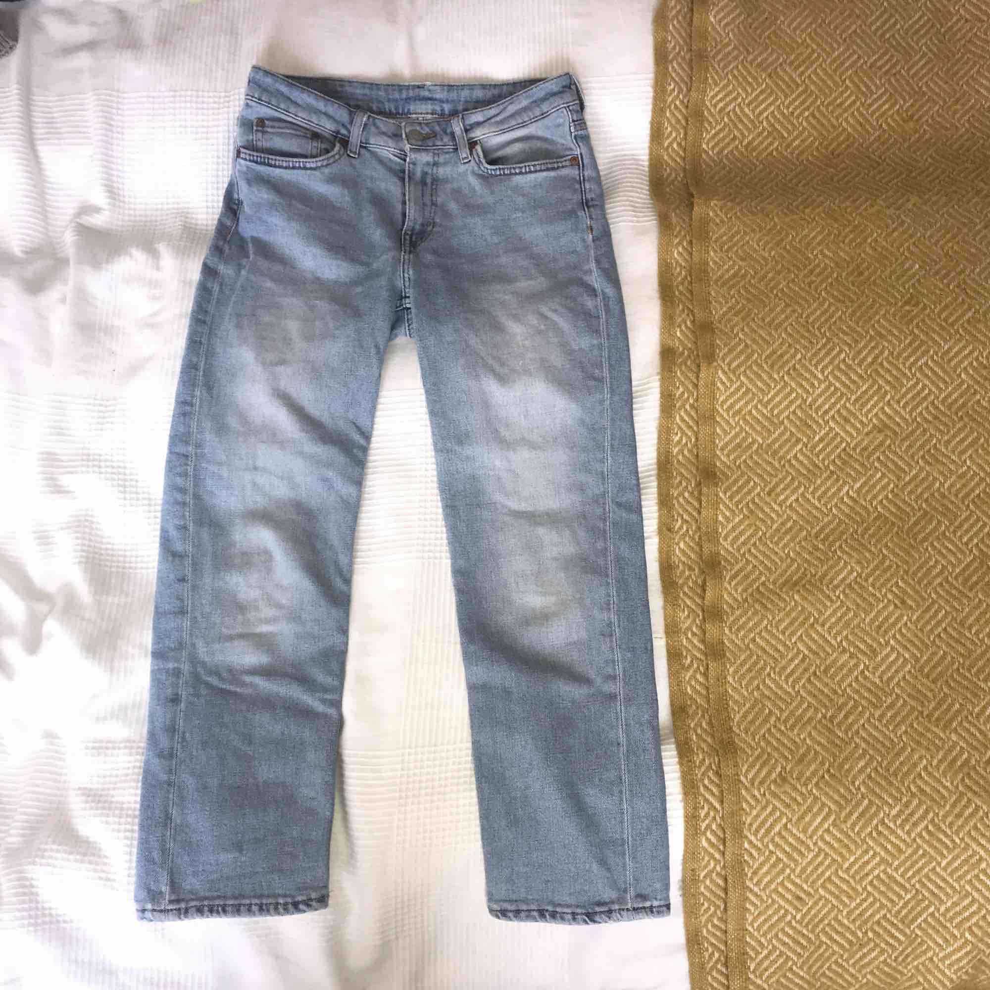 Ljusblåa jeans ifrån Weekday. Ungefär ankellånga och dom är i modellen mom-fit, säljer pga att dom är för stora i midjan😋nypris:500kr. Jeans & Byxor.