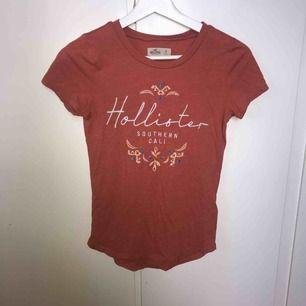 Röd/korall färgad T-shirt med broderade detaljer🌞nypris:250kr