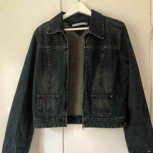 Tommy Hilfiger jeansjacka i strl S. Säljer pga kommer inte till användning. Jättebra skick!