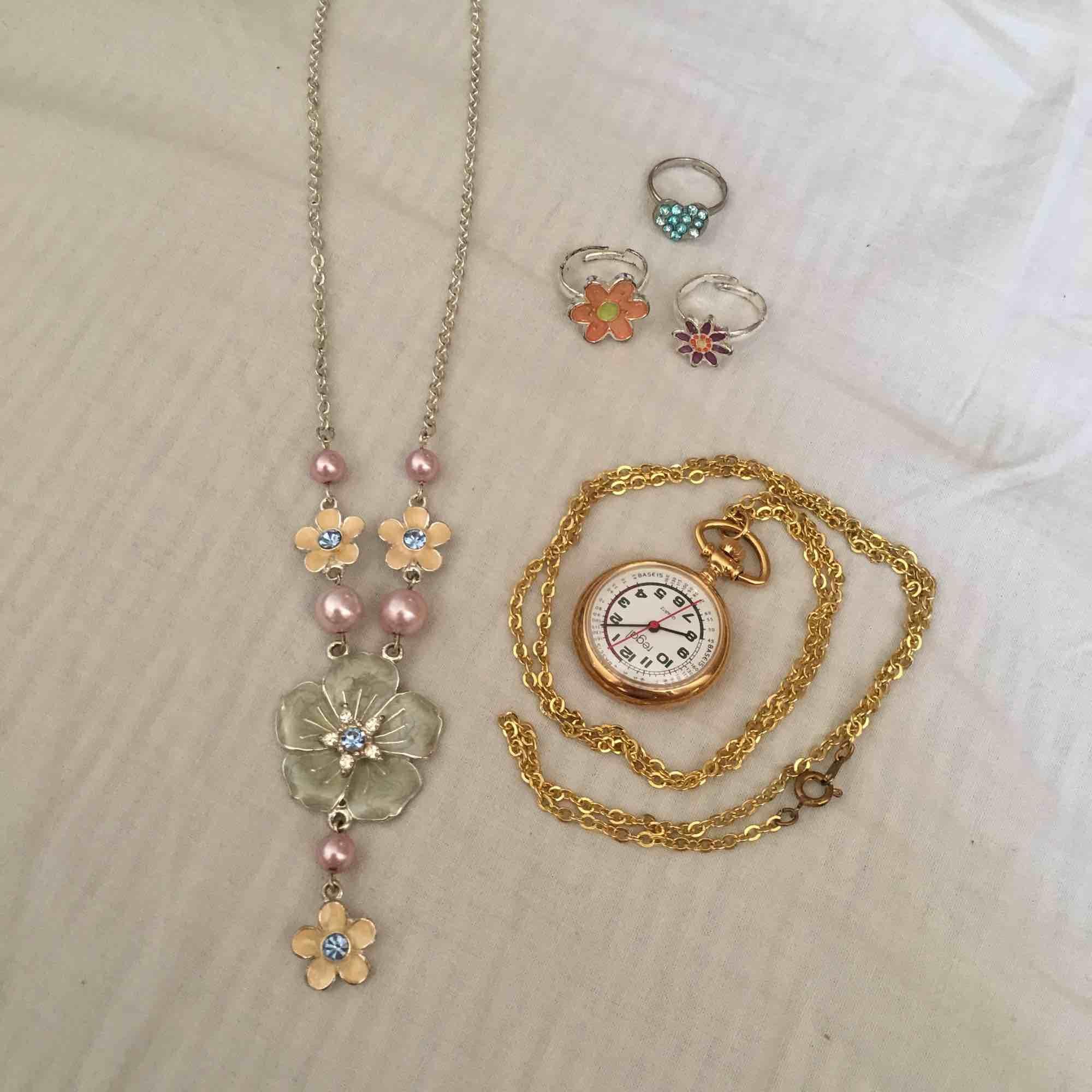 Halsband med blommor  30kr Halsband - Accessoarer - Second Hand 44d6590443184