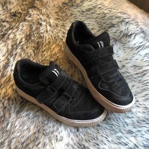 Säljer mina svarta Johnny bulls sneakers. De är använda och lite slitna men de går att putsa och tvätta den vita delen av skon😊 Köpte för 699kr på scorett