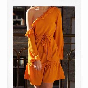 Underbar gul klänning. Passar perfekt till sommaren om man vill ha lite färg på sig. Pm mig gärna med ett eget pris du skulle vilja ge för klänningen 📩 Vill helst försöka sälja den för 200kr. Om den ska fraktas står köparen för det :)