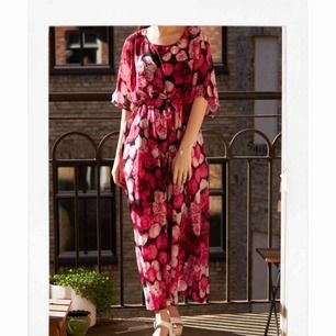 Helt ny klänning. Blommig och super luftig. Perfekt till sommaren. PM mig gärna med vilket pris du skulle vilja ge för klänningen 🌸🌸