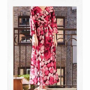 Super snygg och blommig klänning. Skicket är som nytt. Pm mig gärna med vilket pris du skulle vilja ge för klänningen 🎀