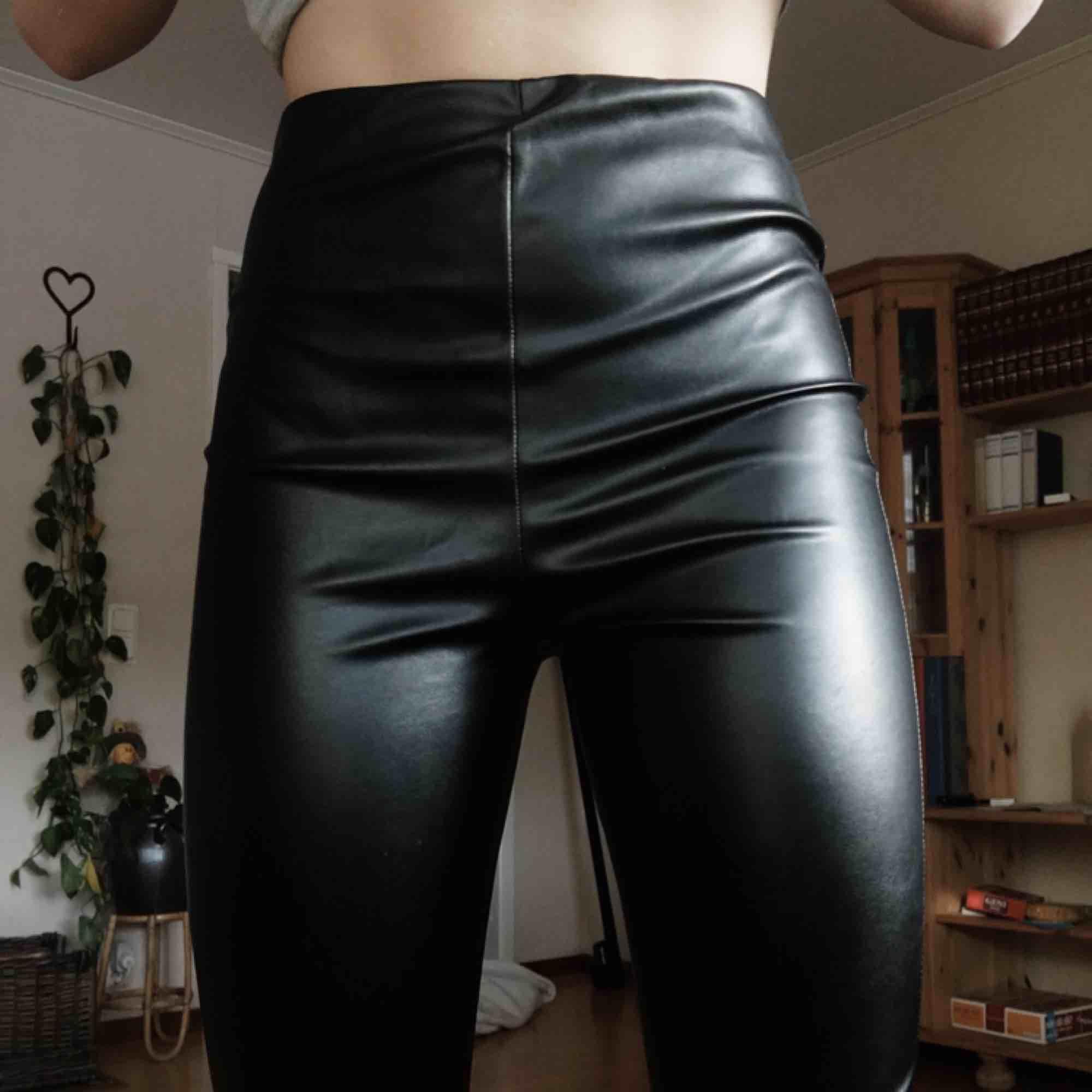 Helt nya skinnbyxor med prislapp kvar från PrettyLittleThing. Säljer pga att de är förstora, som ni kanske ser på bilderna. Skulle säga att det passar en S/M med lite smalare vader. Frakten är inräknad i priset :). Jeans & Byxor.