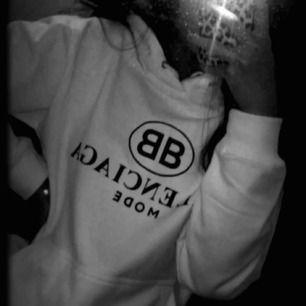 Vit Balenciaga hoodie replika  , storlek S. Endast testad! Ej prutbar😊