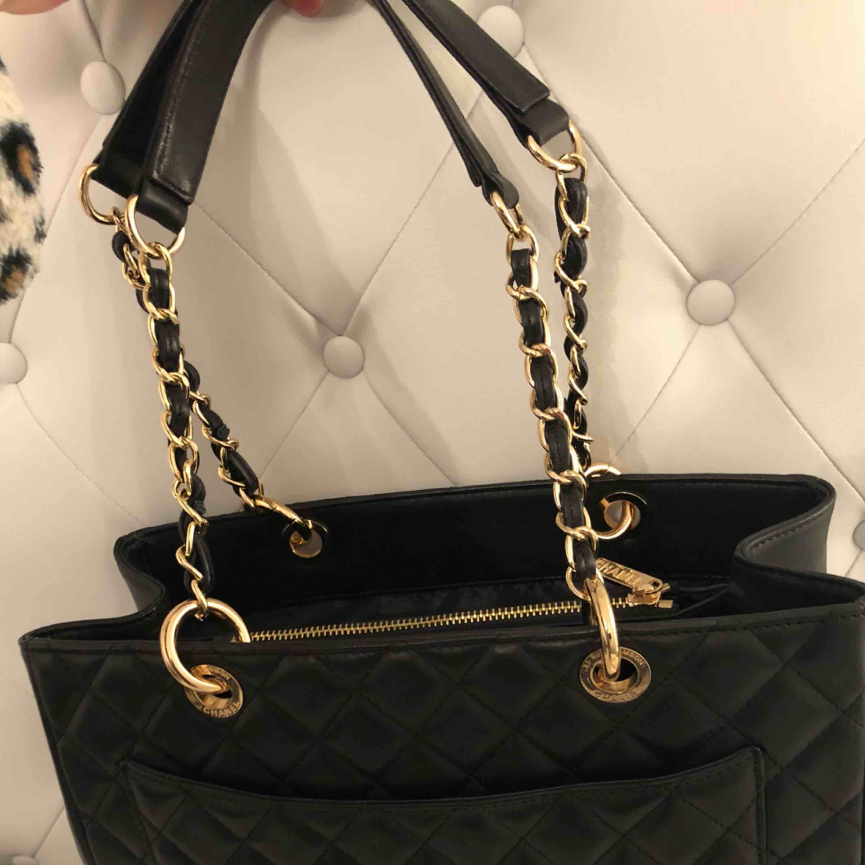 Chanel väska äkta läder aaa-kopia. OBS! Möts ej upp postar endast! Skickar med postnord 65kr frakt. Accessoarer.