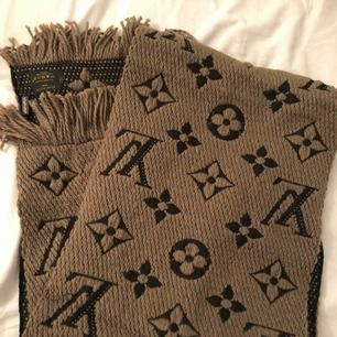 Louis Vuitton logomania Scarf   OBS! Möts ej upp postar endast! Skickar med postnord 65kr frakt