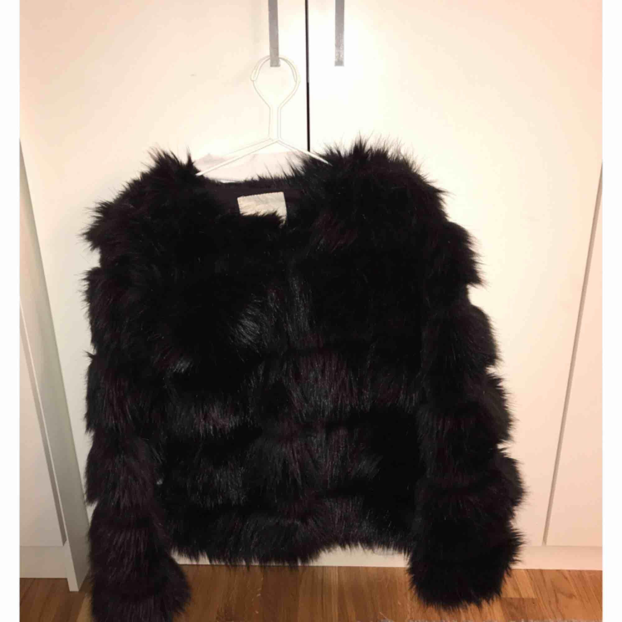 Säljer min jätte snygga pälsjacka! (Lossas päls) köpte den från chicy för 1000 kr.  . Jackor.