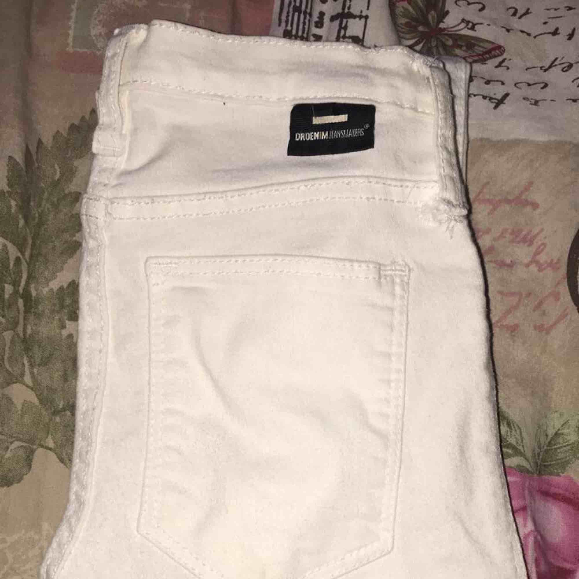 Ett par nya vita och tajta jeans ifrån dr denim, jättebra kvalité. Köparen står för frakten ☺️. Jeans & Byxor.