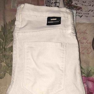 Ett par nya vita och tajta jeans ifrån dr denim, jättebra kvalité. Köparen står för frakten ☺️