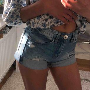 Jättegulliga shorts som har slitningar. Köpta på lager 157