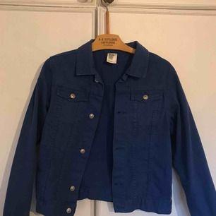Blå jeansjacka! väldigt fin och klar blå färg som sticker ut från vanlig jeansfärg! Toppen till våren, bara 150kr!! Kan mötas upp i Stockholm! Kramkram🌸