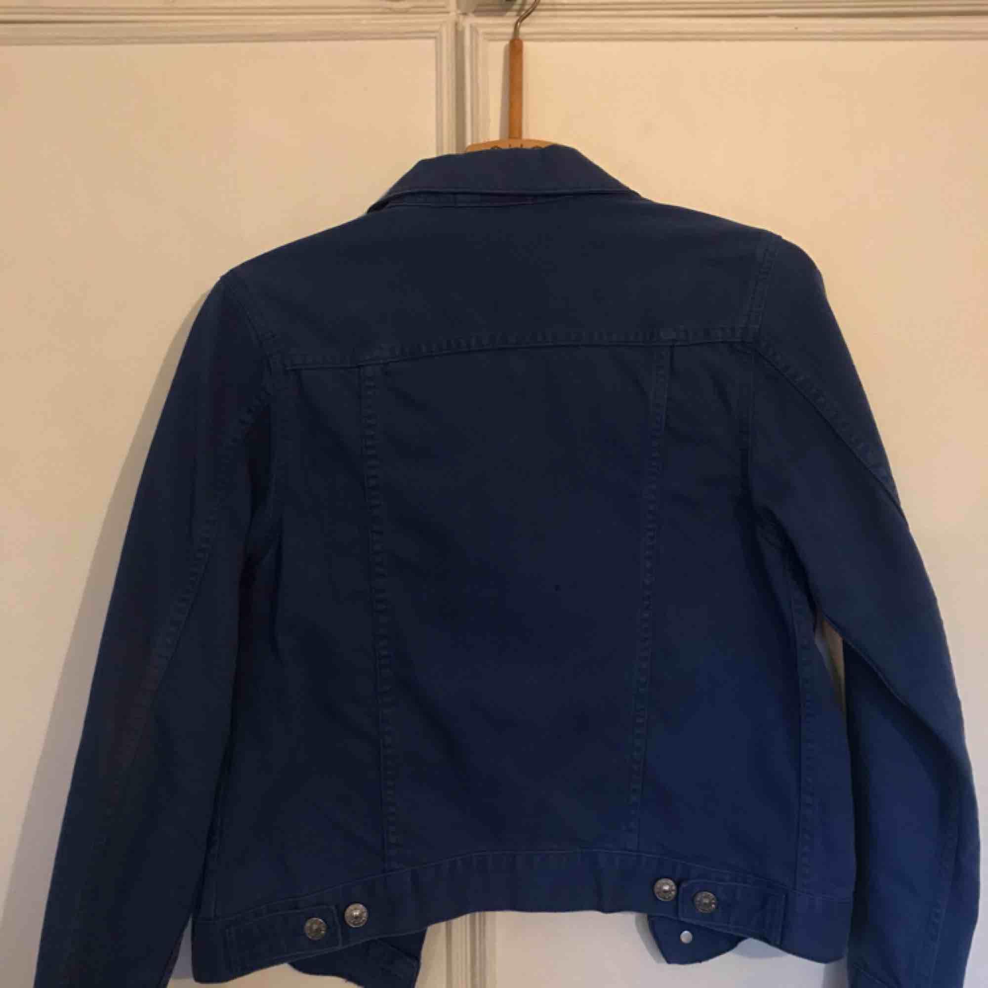 f2cbb8d7 Blå jeansjacka! väldigt fin och klar blå färg som sticker ut från vanlig  jeansfärg!