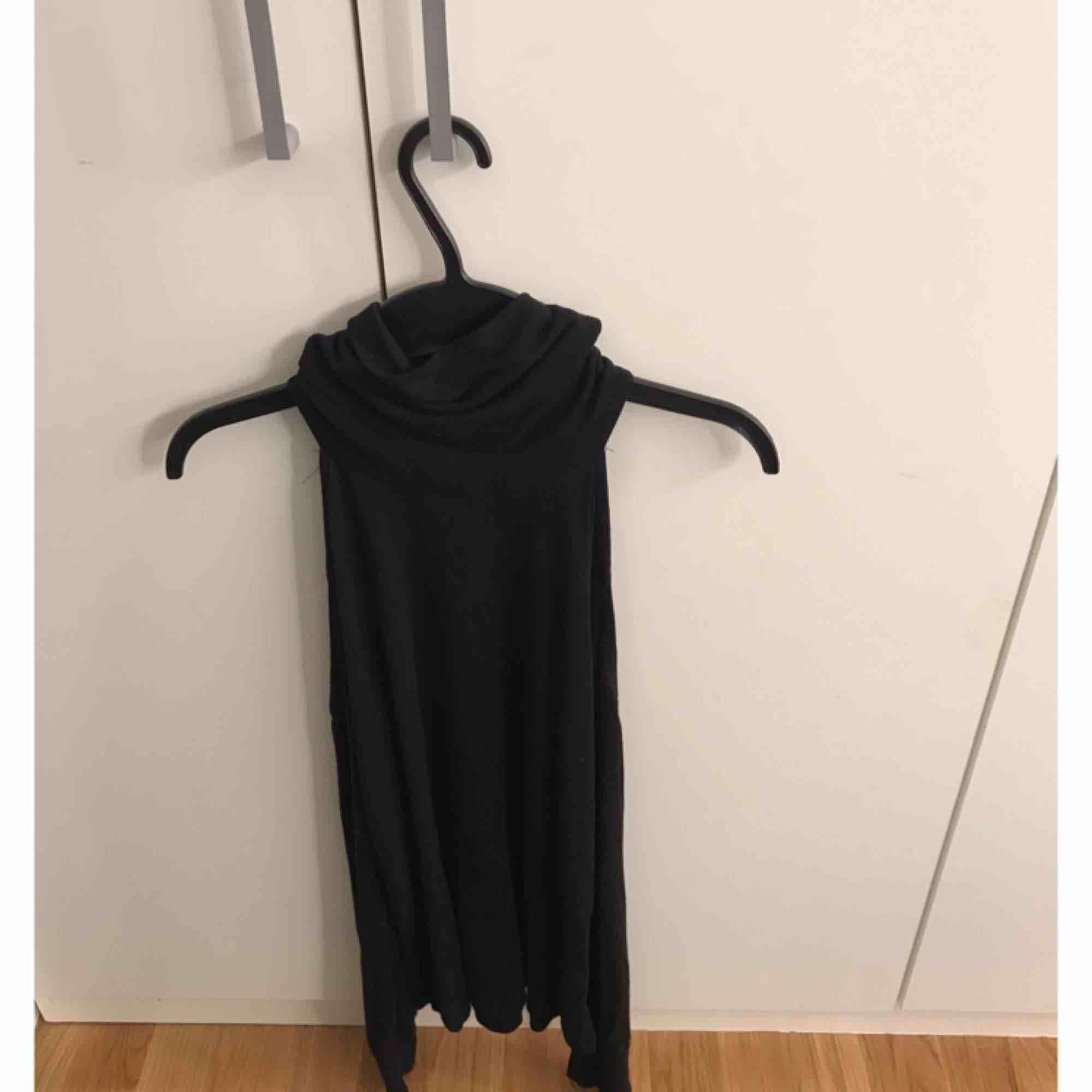 Jätte fin polo tröja som är öppen vid axlarna. Köpt från Bikbok inga fel på den!. Toppar.