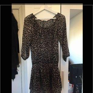 Leopard klänning., sitter mycket finare än vad det ser ut på bild ,.  Ny och aldrig använd  My pris 399kr