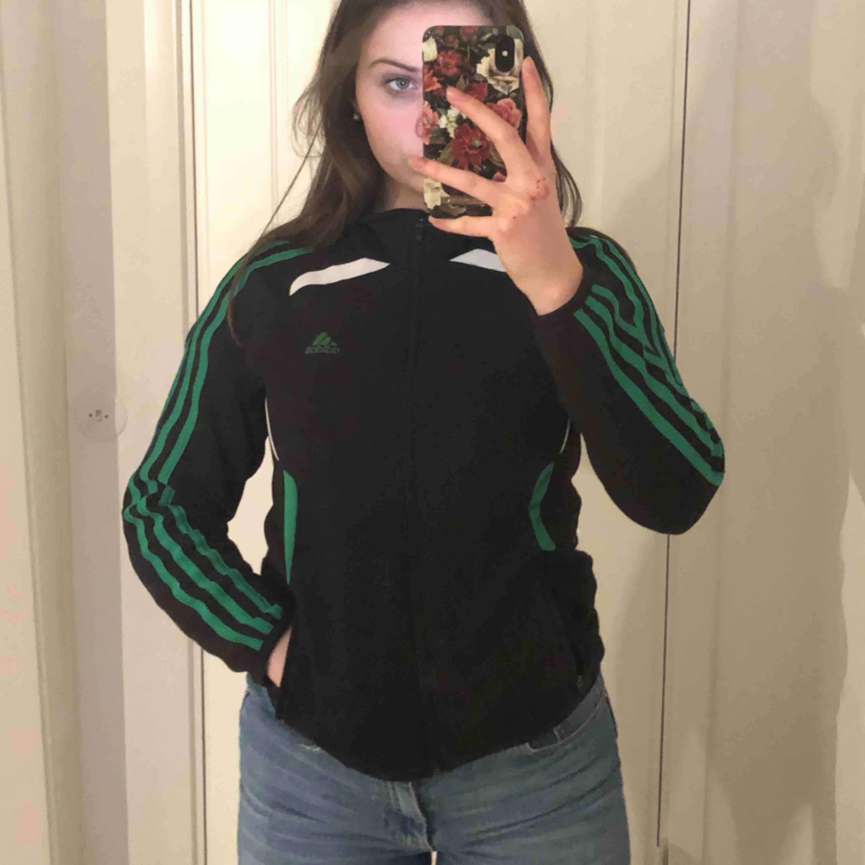 Jättefin grön vit och svart adidas zip up!!!! Såååå fina detaljer på den. Skriv om du har några frågor! :) Köpare står för frakt. Huvtröjor & Träningströjor.