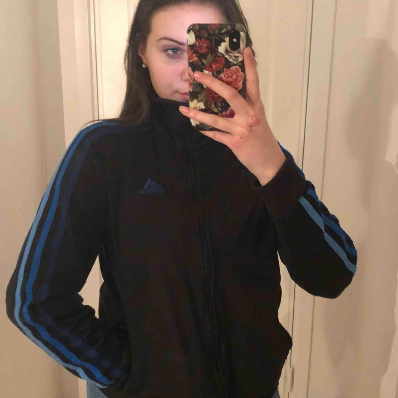 As cool adidas zip up med ombré stripes och polo! Skriv om du har några frågor :) Köpare står för frakt . Huvtröjor & Träningströjor.