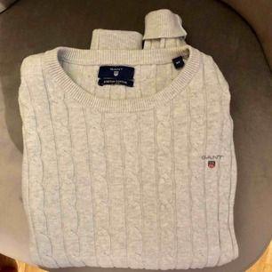 Jättefin och skön kabelstickad gant tröja. Använder den aldrig så därför jag säljer. När jag köpte den tror jag den låg på runt 1000kr. Jag tar swish😊