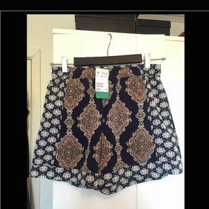 Bekväma shorts med vackert och unikt bohemiskt mönster , mjukt material som andas  Perfekt för varma sommar dagar på stranden eller på stan ! Aldrig använt och prislapp på  Nypris 199kr