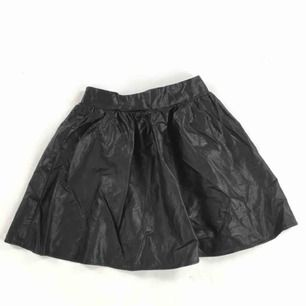 Super fin peplum kjol i imitations läder från bikbok. Storlek Xs, men passar även storlek S då den är större i storlek. I super bra skick👍🏼